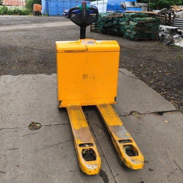 Použitý nízkozdvižný ručně vedený vozík JUNGHEINRICH EJE 116 v dobrém stavu, po servisu